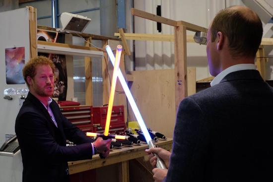 威廉王子與哈利王子展開《星際大戰》對決!