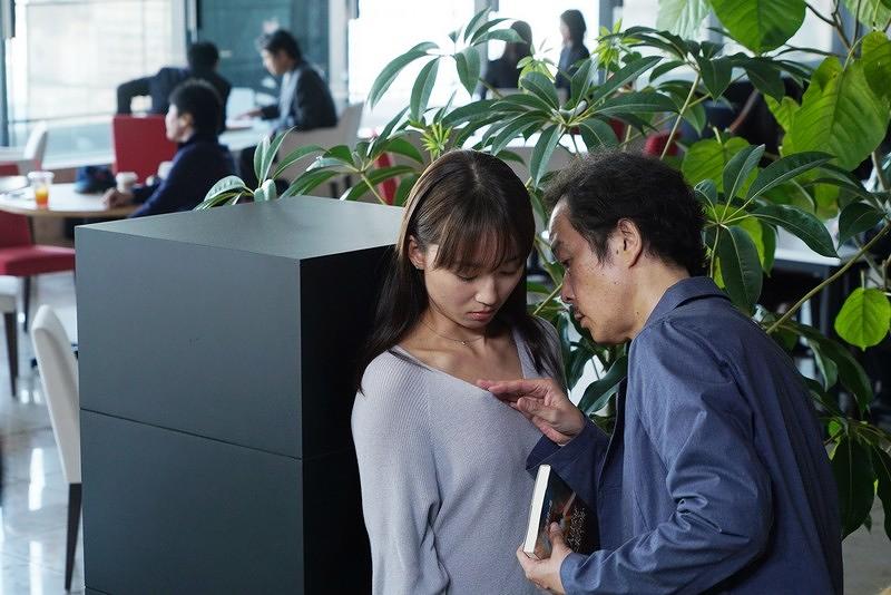 【美麗之星】劇照_ LilyFranky(右)公眾作勢要襲胸友利惠(左),頗有破格表現